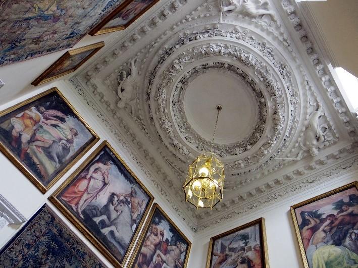 holyrood-palace-in-edinburgh