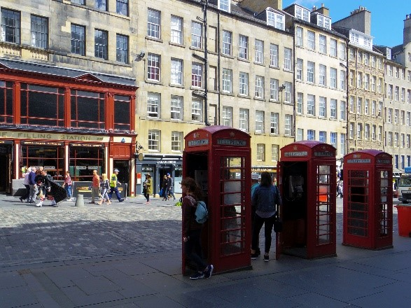 phone-booth-on-the-royal-mile-in-edinburgh